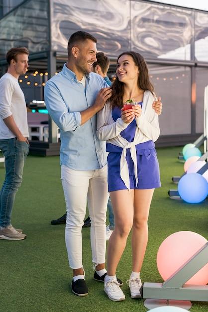 Couple heureux lors d'une fête sur la terrasse Photo gratuit