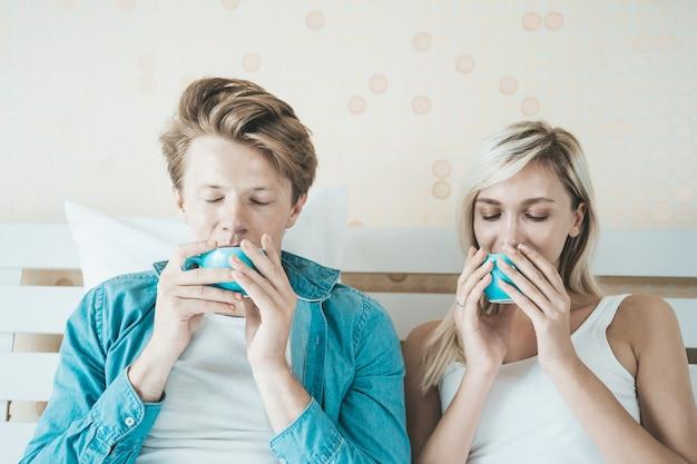 Couple heureux main tenant la tasse et boire du café le matin Photo gratuit
