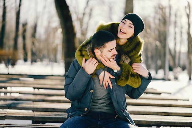Couple Heureux Marchant Dans Le Parc Sur Une Journée D'hiver Ensoleillée Photo Premium