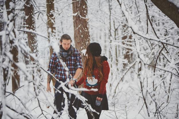 Couple Heureux Marchant à Winter Park Photo Premium