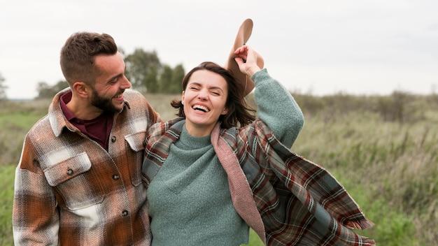 Couple Heureux à Mi-tir Dans La Nature Photo Premium