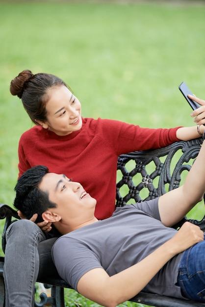 Couple Heureux Prenant Selfie Photo gratuit