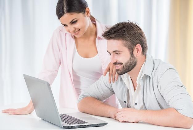 Couple heureux en regardant un film sur un ordinateur portable. Photo Premium