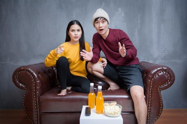 Couple Heureux Reste à La Maison En Regardant Des Films Photo Premium