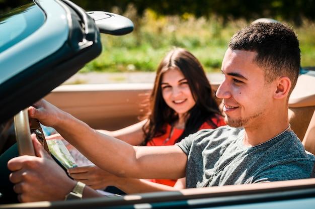 Couple heureux sur un road trip Photo gratuit