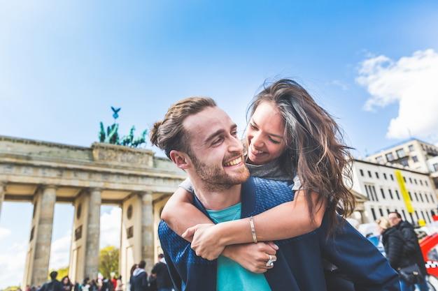 Couple heureux s'amuser à berlin Photo Premium