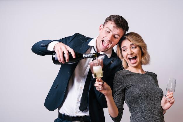 Couple heureux s'amuser avec du champagne Photo gratuit