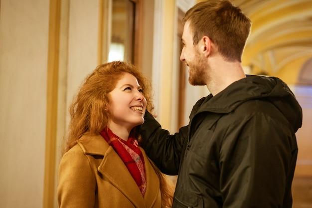 Un Couple Heureux Se Tient Dans Une étreinte Dans La Rue Le Soir Dans Les Lumières De Fête Photo gratuit