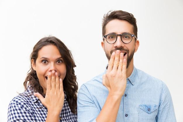 Couple Heureux Surpris à Regarder Photo gratuit