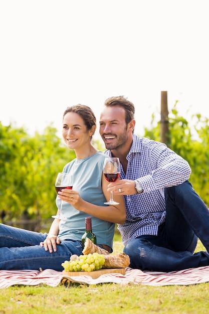 Couple heureux avec des verres à vin à la recherche de suite Photo Premium