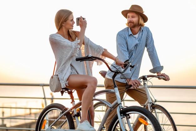 Couple Heureux Voyageant En été à Vélo, Prendre Des Photos Photo gratuit