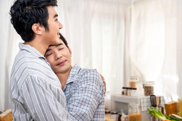 Couple Homosexuel Asiatique Câlin Et Baiser à La Cuisine Le Matin Photo Premium
