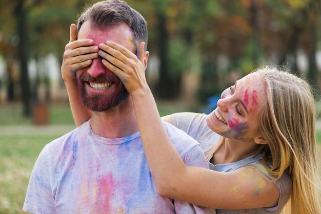 Couple Idiot Posant Au Festival De Holi Photo gratuit