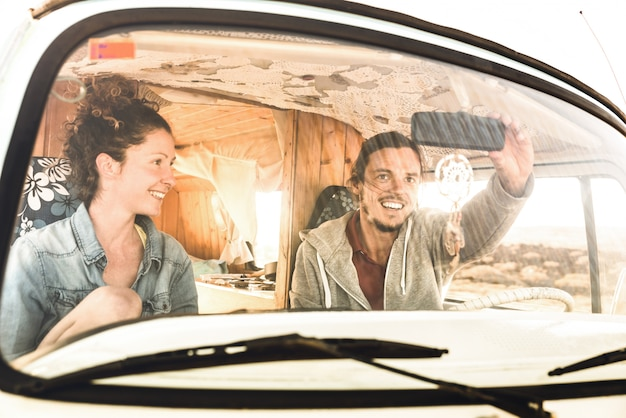 Couple indépendant prêt pour le roadtrip avec le transport en minibus oldtimer Photo Premium