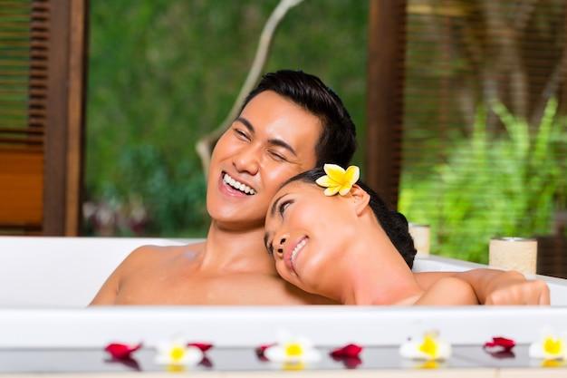 Couple Indonésien Ayant Un Bain De Bien-être Au Spa Photo Premium