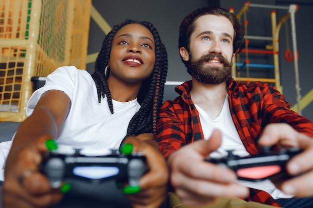 Couple International Jouant à Des Jeux Vidéo Photo gratuit