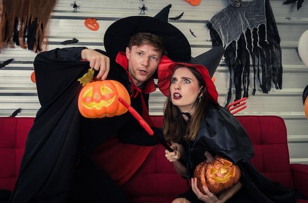 Couple, jeune, caucasien, vampire, sorcière, tenue, tenue, citrouille Photo Premium