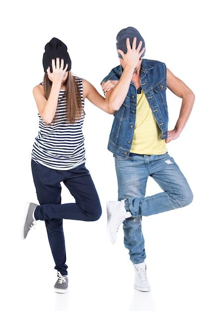 Un couple de jeune homme et femme dansant le hip-hop. Photo Premium