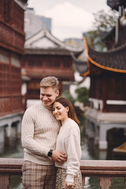 Couple De Jeunes Mariés Montrant De L'affection à Shanghai Près De Yuyuan. Photo gratuit