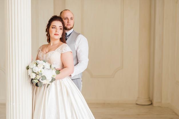 Couple de jeunes mariés posant Photo gratuit