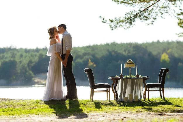 Couple De Jeunes Mariés S'embrassant Photo Premium