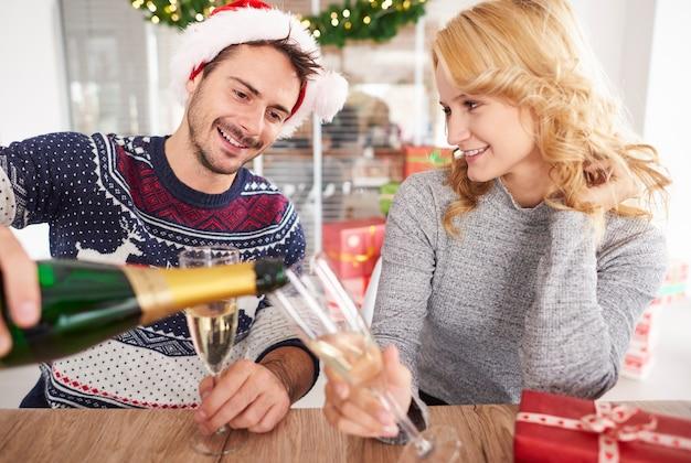 Un Couple De Jeunes Porte Un Toast Photo gratuit