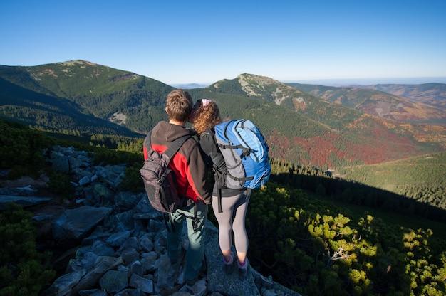 Couple de jeunes routards profitant du magnifique paysage Photo Premium