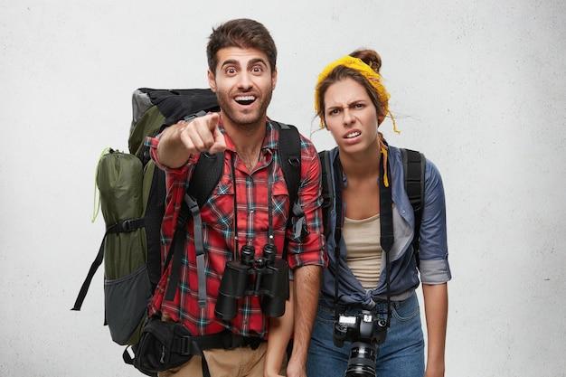Couple De Jeunes Touristes Avec équipement Photo gratuit