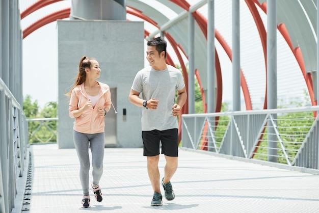 Couple de jogging Photo gratuit