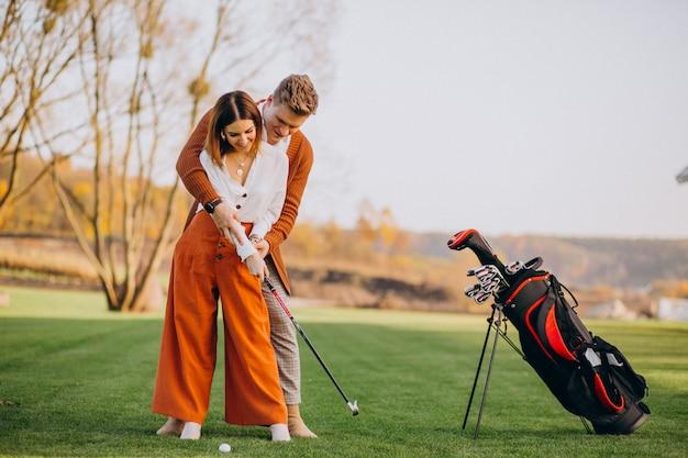 Couple jouant au golf ensemble Photo gratuit