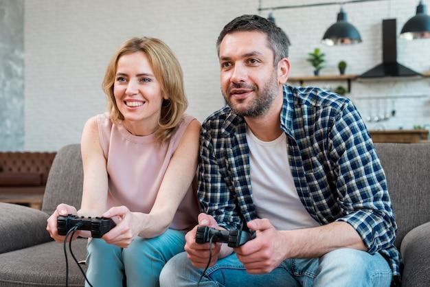 Couple jouant Photo gratuit