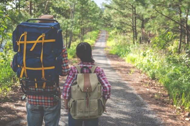 Couple sur une journée de trekking dans la forêt tropicale avec des sacs à dos dans la forêt, aventure, voyages, tourisme, randonnée. Photo gratuit