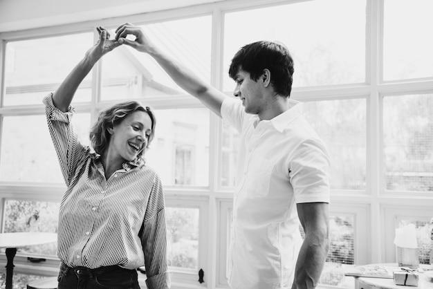 Un couple joyeux aime danser ensemble Photo gratuit