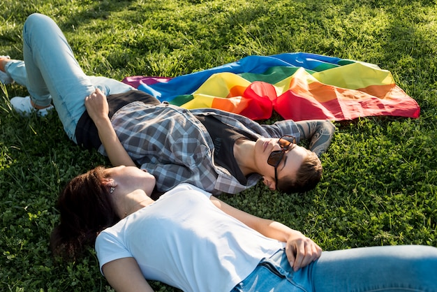 Couple lesbien, couché, sur, clairière verte Photo gratuit