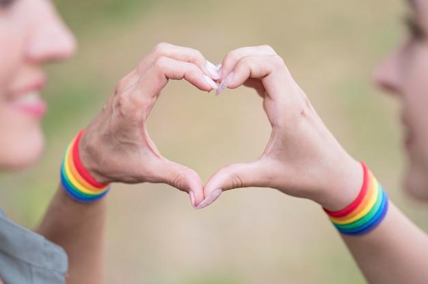 Couple De Lesbiennes Avec Bracelete Lgbt Photo gratuit