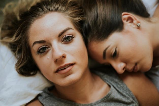 Noir lesbiennes sur lit