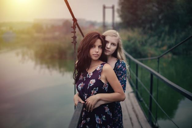 Couple De Lesbiennes Ensemble En Plein Air Concept Photo Premium