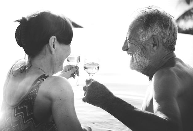 Un couple en lune de miel profitant de l'été Photo gratuit