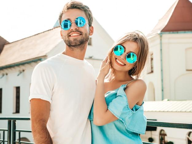 Couple Avec Des Lunettes De Soleil Posant Dans La Rue Photo gratuit