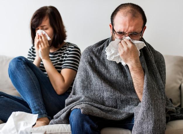 Couple malade ensemble à la maison Photo Premium