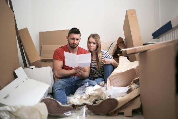 Couple malheureux dans leur nouvelle maison Photo Premium