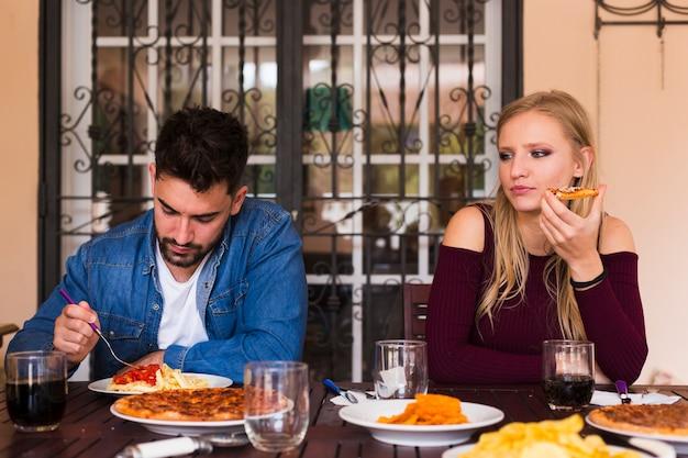 Couple, manger de la nourriture à la maison Photo gratuit
