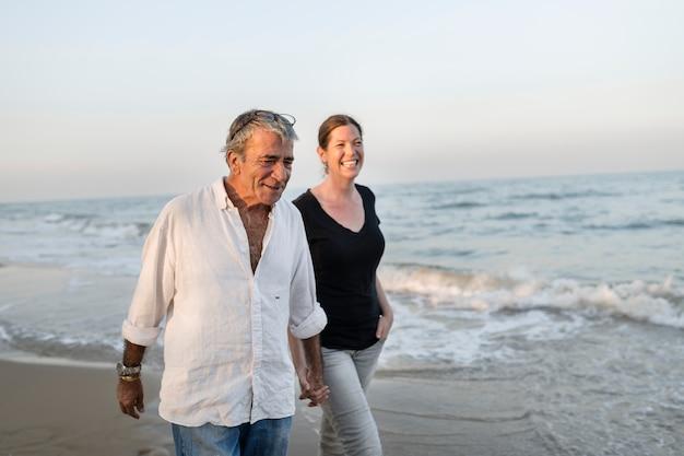 Couple marchant au bord de la mer Photo Premium