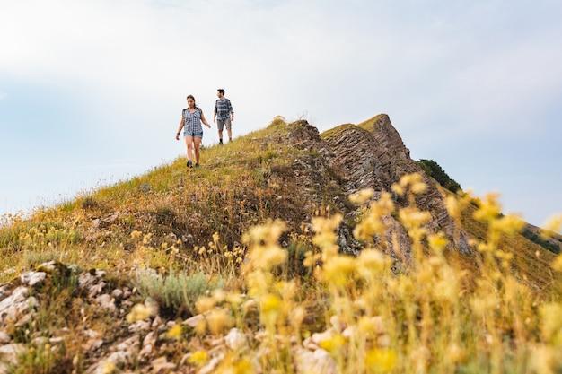 Couple marchant et randonnant en montagne au printemps Photo Premium