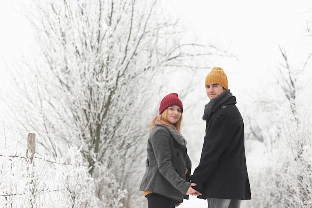 Couple, Marche, Dehors, Hiver, Regarder, Derrière, Coup Moyen Photo gratuit
