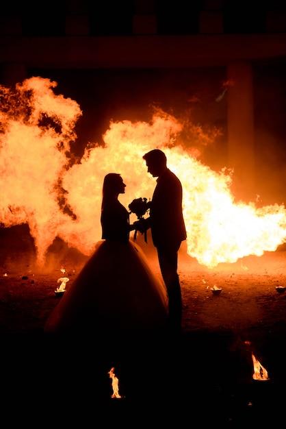 Couple de mariage en costumes médiévaux avec un maquillage de style vampire Photo Premium
