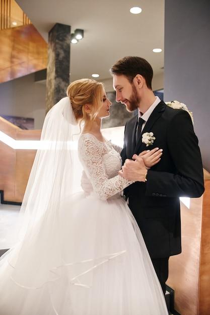 Couple de mariage embrassant et embrassant, le premier jour Photo Premium