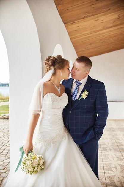 Couple, mariage, embrasser, maisons, près, eau Photo Premium