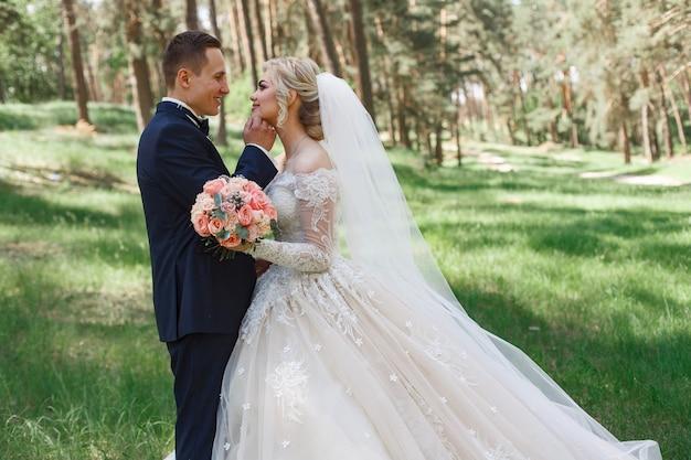https://image.freepik.com/photos-gratuite/couple-mariage-emotionnel-herbe-verte-au-printemps-amour-deux-personnes-mariee-marie-etreintes-douces-baisers-au-jour-du-mariage-dans-nature-portrait-beaux-maries-plein-air-concept-mariage_133138-284.jpg