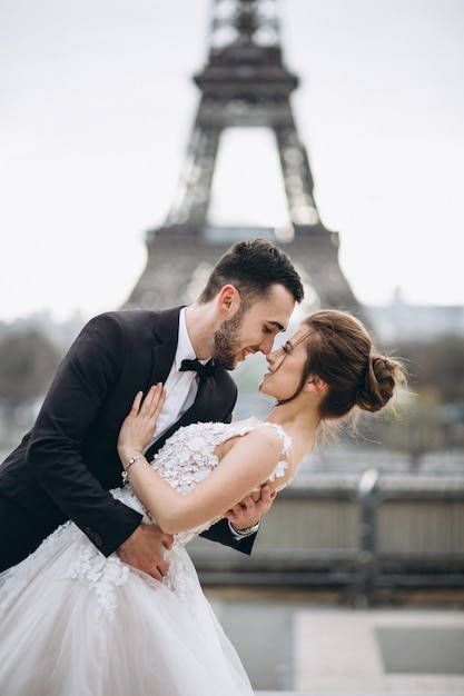 Couple de mariage en france Photo gratuit